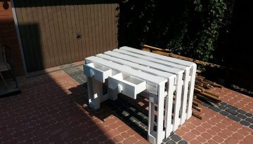 Cute Pallets Table with Racks