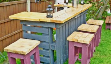 Pallets Made Garden Table with Stools