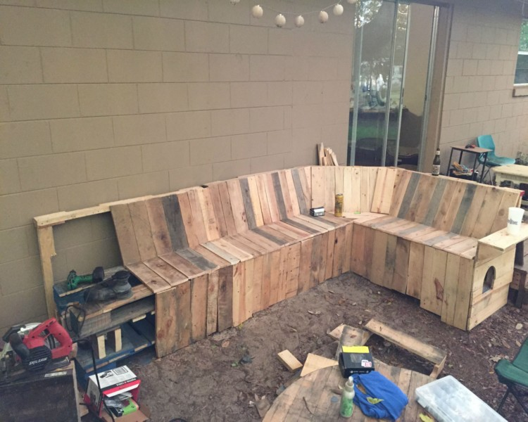 DIY Pallets Patio Corner Bench with Table | Pallet Ideas