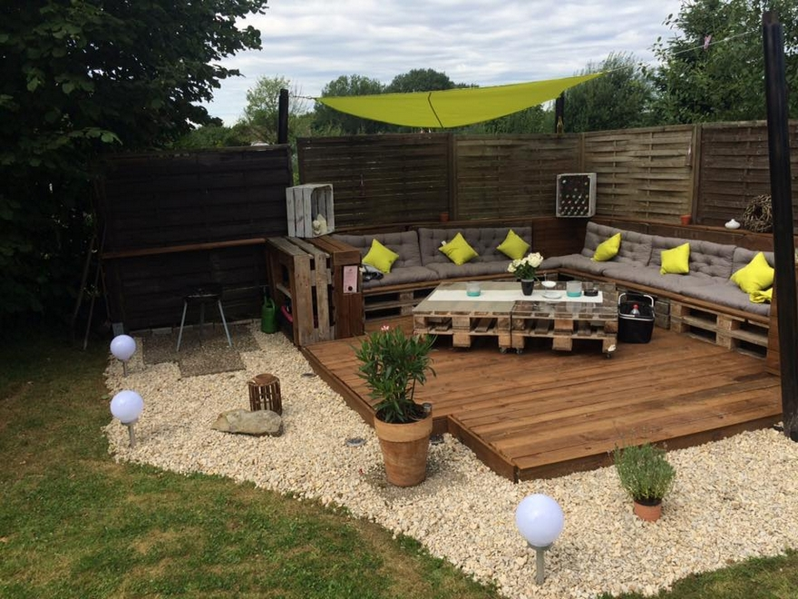 Recycled Pallet Garden Deck with Furniture | Pallet Ideas